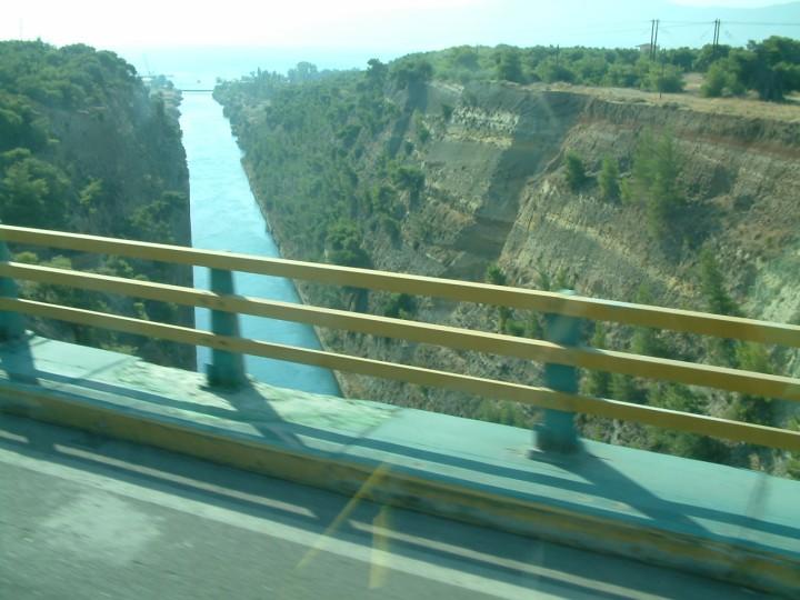 Traversand Canalul Corint